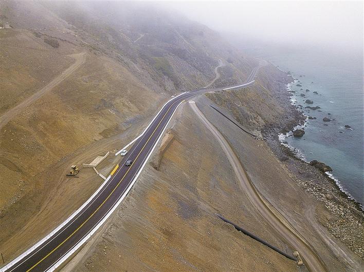 美国著名的太平洋海岸景观公路加州1号公路在因大规模泥石流中断14个月后于18日恢复通车。加州1号公路从加州南部的洛杉矶到北部的旧金山,沿美国西海岸蜿蜒前行,途中景色优美,被誉为美国最美的公路之一。 新华社/美联 2018-07-20 00:00:00:0