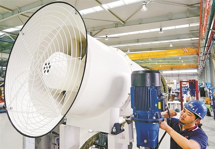 工人在秦皇岛经济技术开发区一家除尘抑尘设备生产企业的车间工作