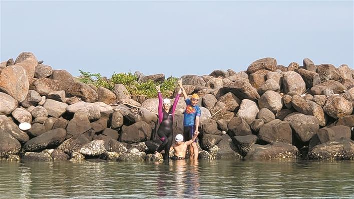 饶庆松热爱游泳及铁人三项运动,2015,2016年两次横渡琼州海峡.