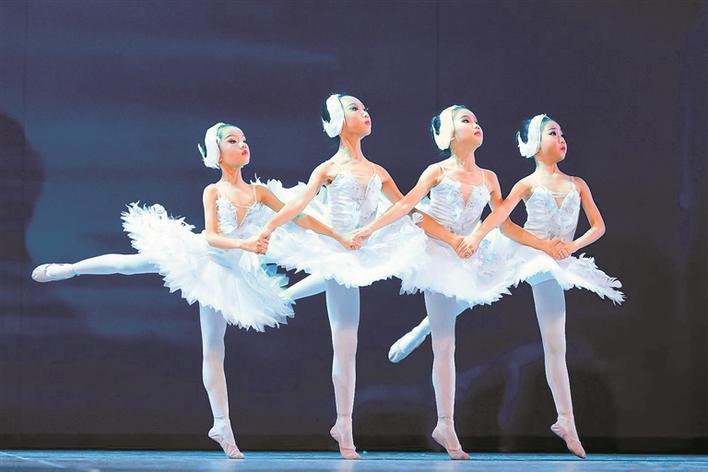 城市芭蕾上演经典舞剧《天鹅湖》