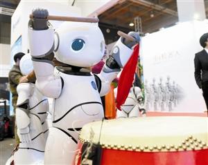 """10月20日,参观者在观看一款""""王阳明高v钢琴机器人""""写毛笔字.厄钢琴基础教程拜mp3图片"""
