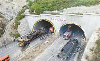 当日6时30分许,河北张石高速公路浮图峪5号隧道发生一起车辆燃爆