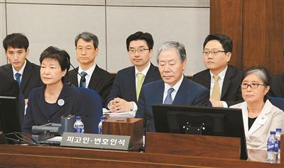 批捕后首次露面的朴槿惠神情憔悴,素颜出镜的她身着标有囚号的深蓝色