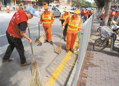 优秀环卫工人事�_环卫工人和义工开展清扫行动.